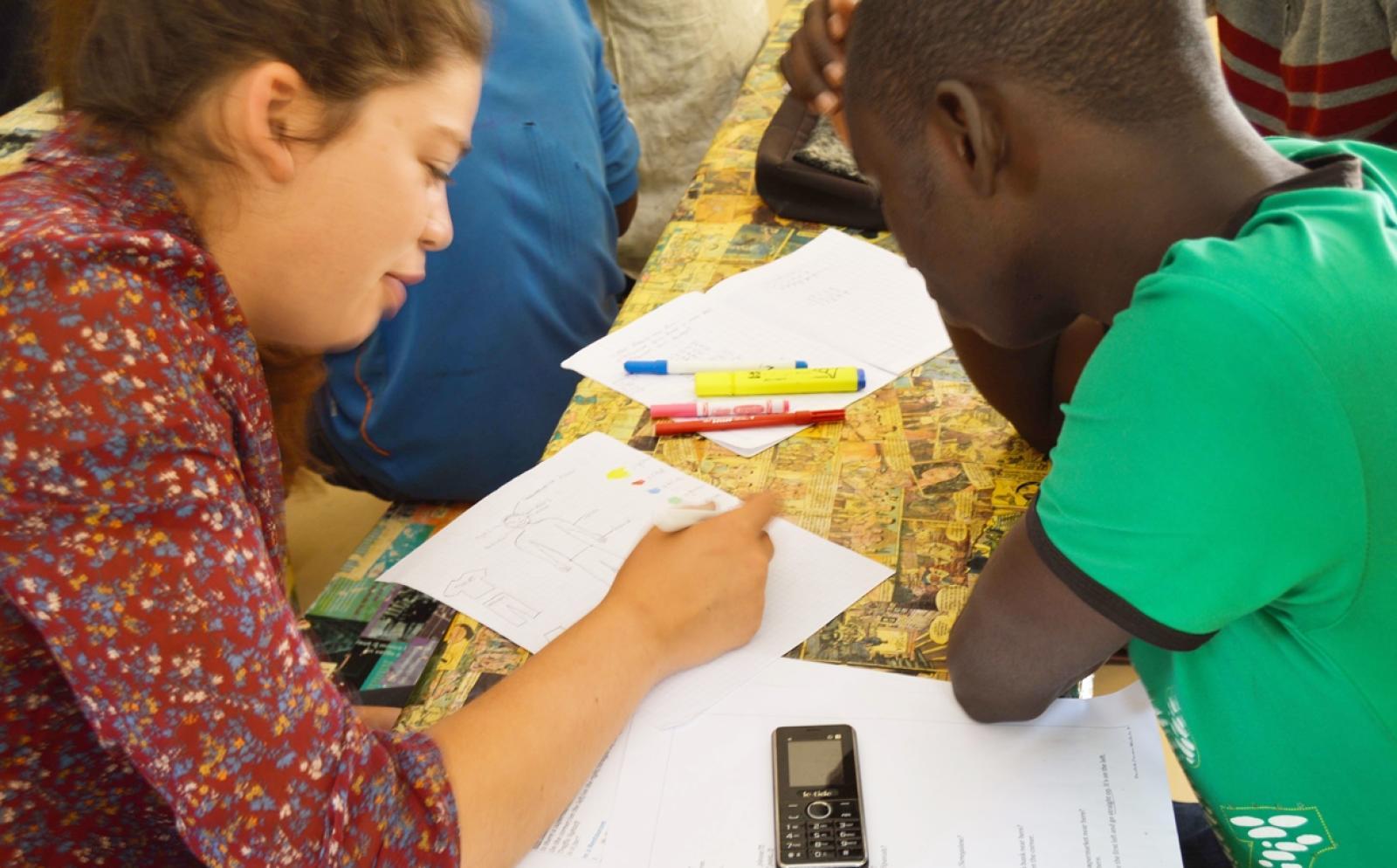 セネガルのローン受益者にビジネストレーニングを行うマイクロファイナンスインターン